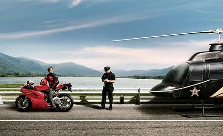 Фото Мотоциклиста, нарушившего правила дорожного движения,  остановил полицейский на вертолёте