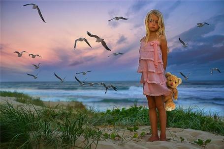 Фото Девочка с мишкой на берегу моря