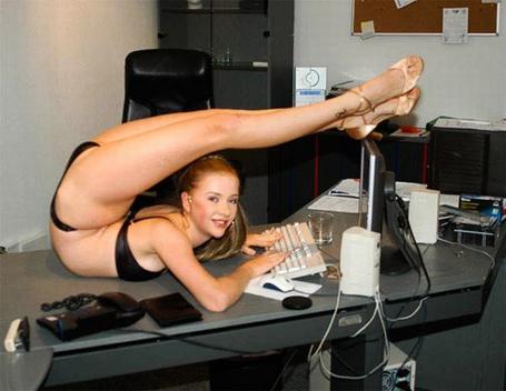 Фото Очень гибкая девушка за компьютером в своеобразной позе...