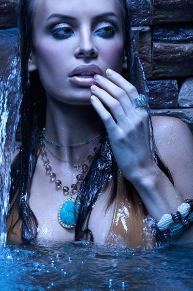 Фото Девушка в украшениях эротично дотрагивается до своих губ: http://photo.99px.ru/photos/15158/