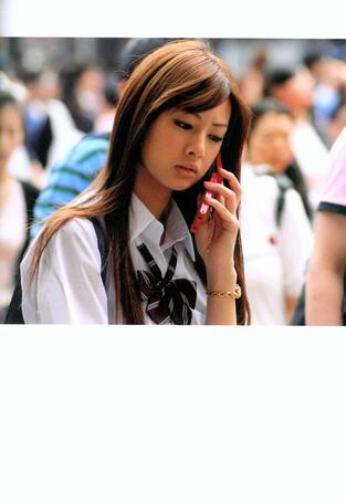 Фото Кейко Китагава в школьной форме с телефоном (© Юки-тян), добавлено: 02.03.2011 15:02