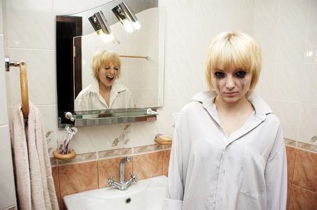 Фото Отражение девушки осталось в зеркале