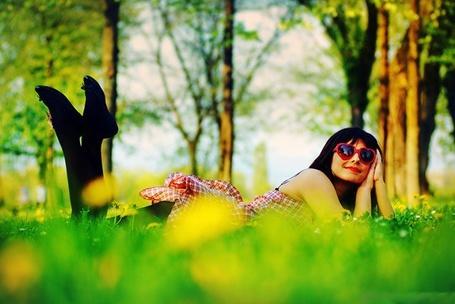 Фото Девушка лежит в лесу на траве (© Штушка), добавлено: 09.03.2011 20:28