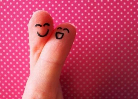 Фото Написованная на пальцах влюбленная парочка