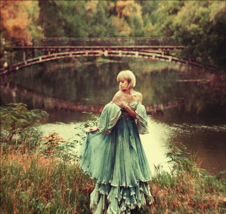 Фото Девушка в винтажном платье у озера