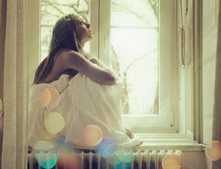 Фото Девушка мечтает на подоконнике (© TARAKLIA), добавлено: 12.03.2011 23:18