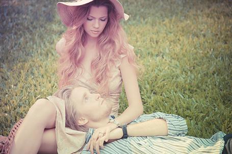 Фото Девушка и парень отдыхают на поляне
