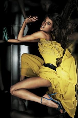 Фото Девушка в жёлтом платье и синих босоножках (© TARAKLIA), добавлено: 16.03.2011 19:23