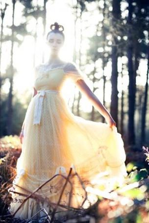 Фото Девушка в ярком платье в лесу