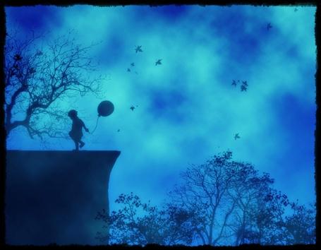Фото Мальчик с воздушным шариком у обрыва