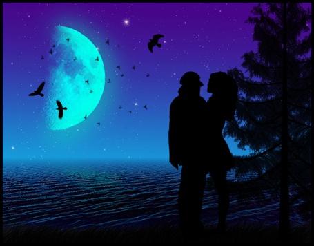 Фото Влюблённая парочка у ночного озера