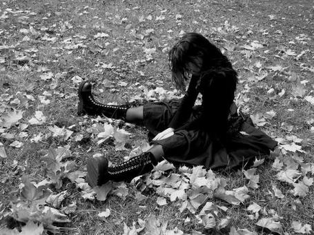 Фото Девушка, склонив голову, сидит на осенней листве (© CBETA), добавлено: 28.03.2011 23:40
