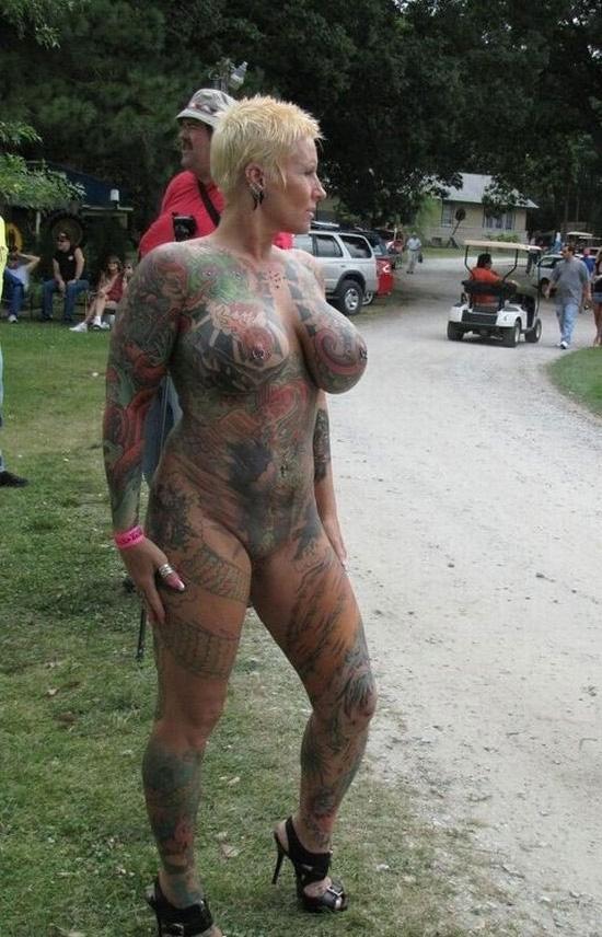голая девка вся в тату