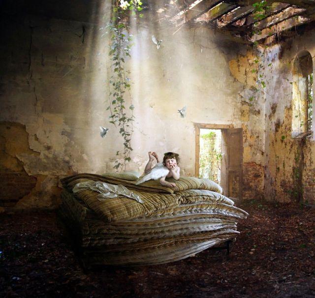 Фото Маленький ангел грустит в заброшенном доме