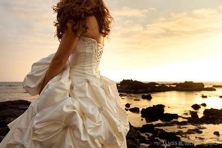 Фото Девушка в свадебном платье стоит на закате возле воды (© Штушка), добавлено: 04.04.2011 22:43
