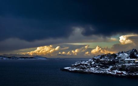 Фото Норвежское побережье: красивое небо, море, заснеженный берег с домами (© Шепот_дождя), добавлено: 06.04.2011 11:58
