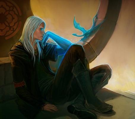 Фото Парень с длинными волосами смотрит на синего дракончика
