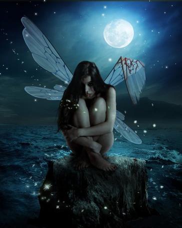Фото Ночь. Полная луна. Ангел с надломленным крылом посреди моря