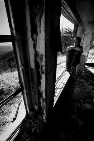 Фото Девушка сидит на подоконнике в заброшенном доме (© Шепот_дождя), добавлено: 11.04.2011 22:57