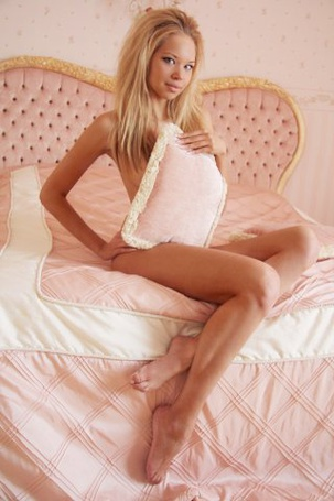 Фото Красавица сидит на нежной постели (© Штушка), добавлено: 14.04.2011 20:34
