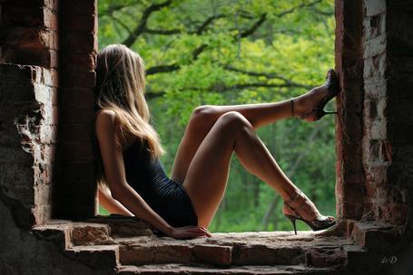 Фото Девушка сидит в заброшенном доме