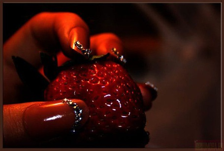 Фото Девушка держит клубнику (© Штушка), добавлено: 14.04.2011 21:21