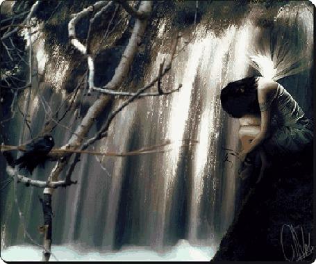 Фото Грустная девушка сидит у водопада