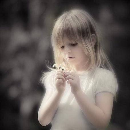 Фото Девочка рассматривает цветочки (© Штушка), добавлено: 19.04.2011 21:13