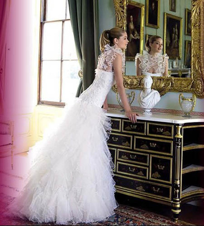Фото Красивая невеста стоит возле зеркала (© Штушка), добавлено: 19.04.2011 21:25
