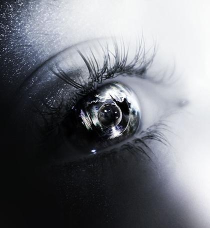 Фото Планета отражается в глазу у девушки