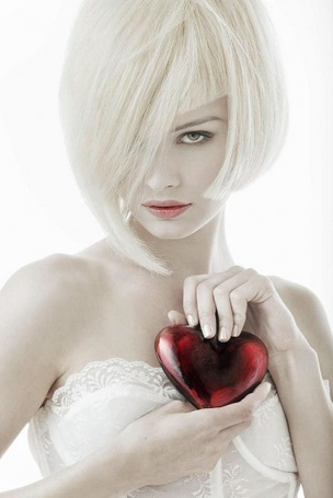 Фото Девушка с сердцем в руках (© Штушка), добавлено: 30.04.2011 13:51