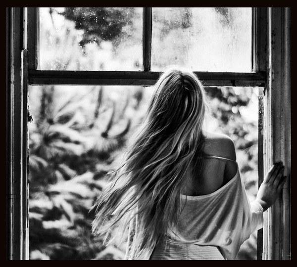 foto-blondinki-u-okna