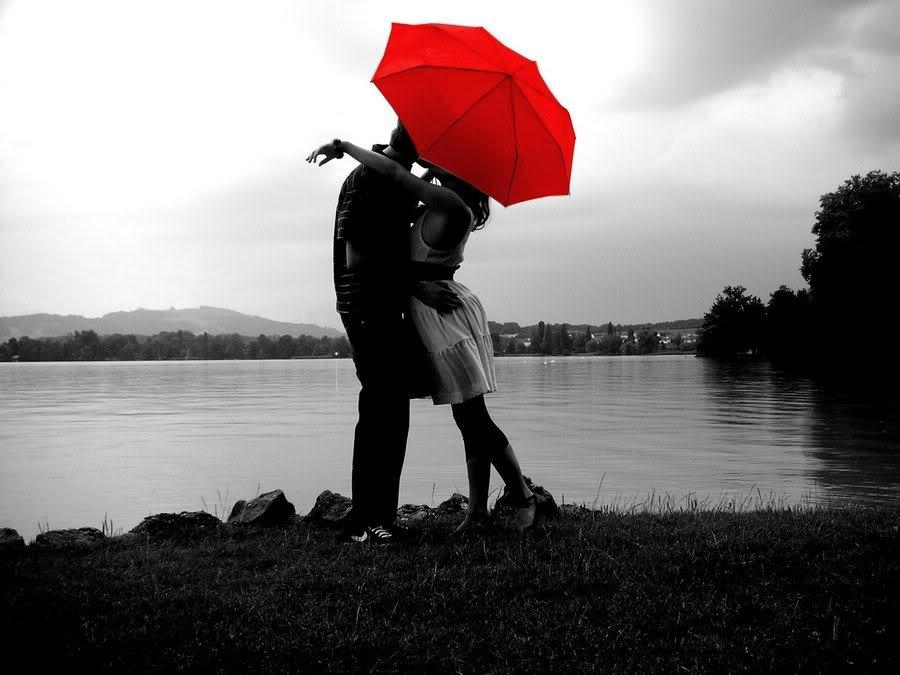 Фото Он и она под зонтиком на берегу озера