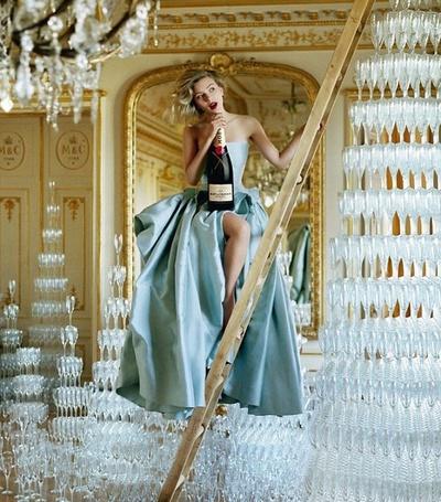 Фото Девушка с шампанским и множеством бокалов. (© Штушка), добавлено: 01.05.2011 14:13