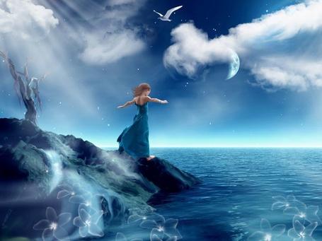 Фото Девушка пытается поймать ветер с моря