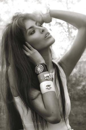 Фото Девушка с красивыми браслетами на руках (© Dakota Rain), добавлено: 06.05.2011 18:02