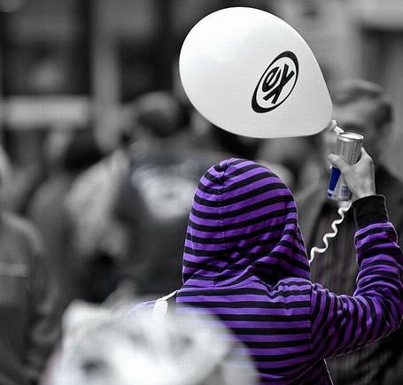 Фото Девушка в черно-фиолетовой пайте с воздушным шариком и пивом в руке (© Шепот_дождя), добавлено: 06.05.2011 23:17