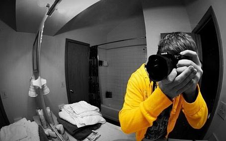Фото Парень в желтой пайте фотографируется через зеркало в ванной (© Шепот_дождя), добавлено: 06.05.2011 23:43