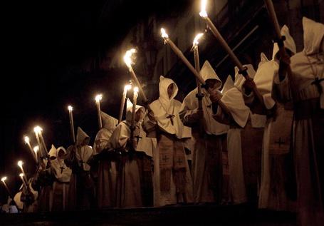 Фото Представители братства «Кристо де ла буэна муэртэ» на Страстной неделе в Заморе, северная Испания