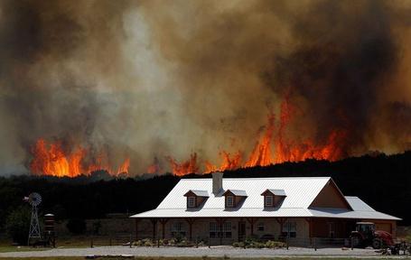 Фото Разбушевавшийся лесной пожар недалеко от фермы в Строне, штат Техас (© Niar), добавлено: 07.05.2011 10:22
