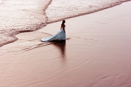 Фото Девушка в свадебном платье ходит по пляжу (© Штушка), добавлено: 10.05.2011 23:13