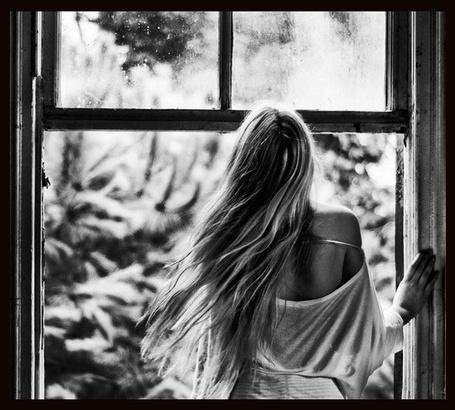 Фото Девушка стоит у окна (© Штушка), добавлено: 10.05.2011 23:16