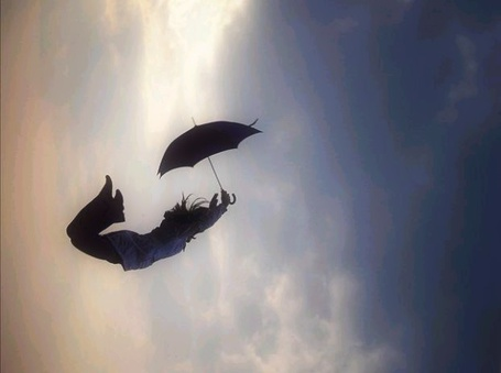 Фото Девушка падает вместе с зонтиком (© Флориссия), добавлено: 17.05.2011 18:26