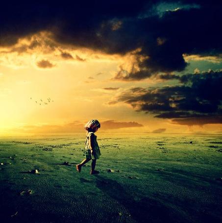 Фото Одинокая девочка идёт по полю (© Флориссия), добавлено: 27.05.2011 19:18