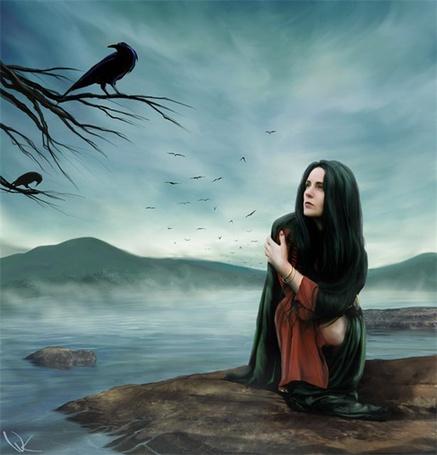 Фото Девушка смотрит с опаской на ворона сидящего на дереве