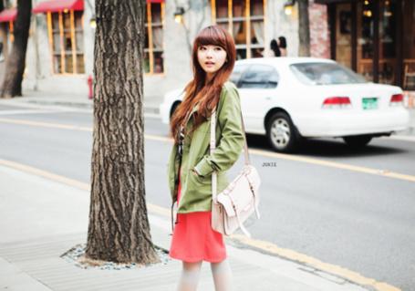 Фото Девушка гуляет по улицам города