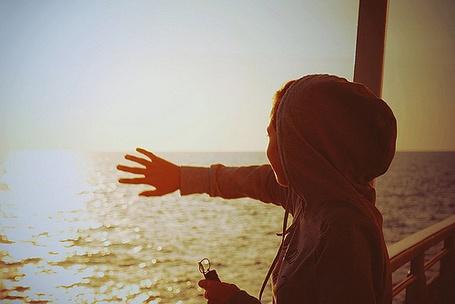 Фото Девушка закрывает солнце рукой (© Electraa), добавлено: 03.06.2011 22:46