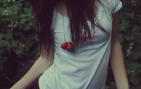 Фото Девушка в белой футболке запачканной клубникой на цепочке (© СyмАшеDшая Pандa), добавлено: 08.06.2011 10:43