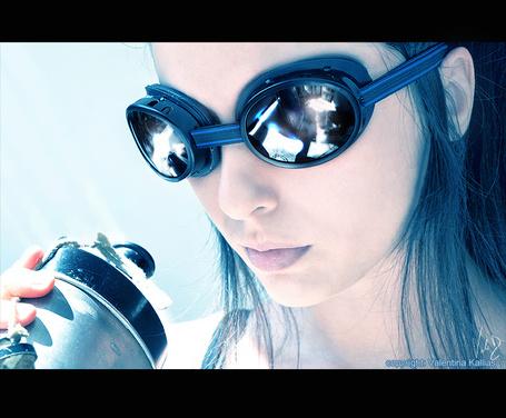 Фото Постапокалиптический мир, девушка в защитных очках с фляжкой (© Radieschen), добавлено: 08.06.2011 17:37