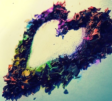 Фото Цветные карандашные опилки в виде сердца (© Radieschen), добавлено: 11.06.2011 09:33